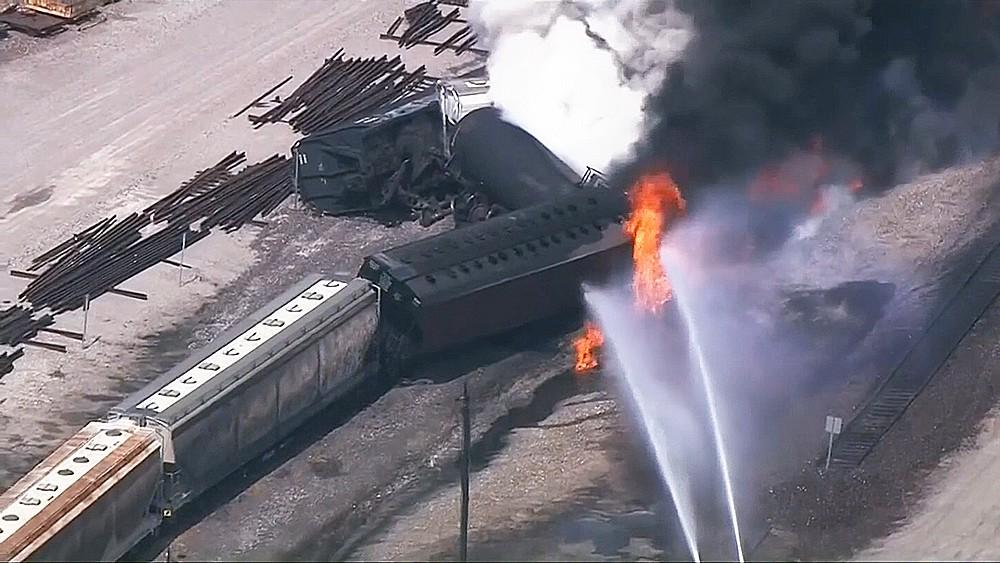Поезд с химикатами сошел с рельсов в США
