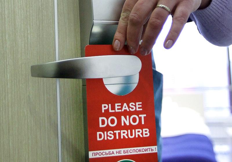 """Табличка с надписью """"Просьба не беспокоить!"""" на двери номера отеля"""