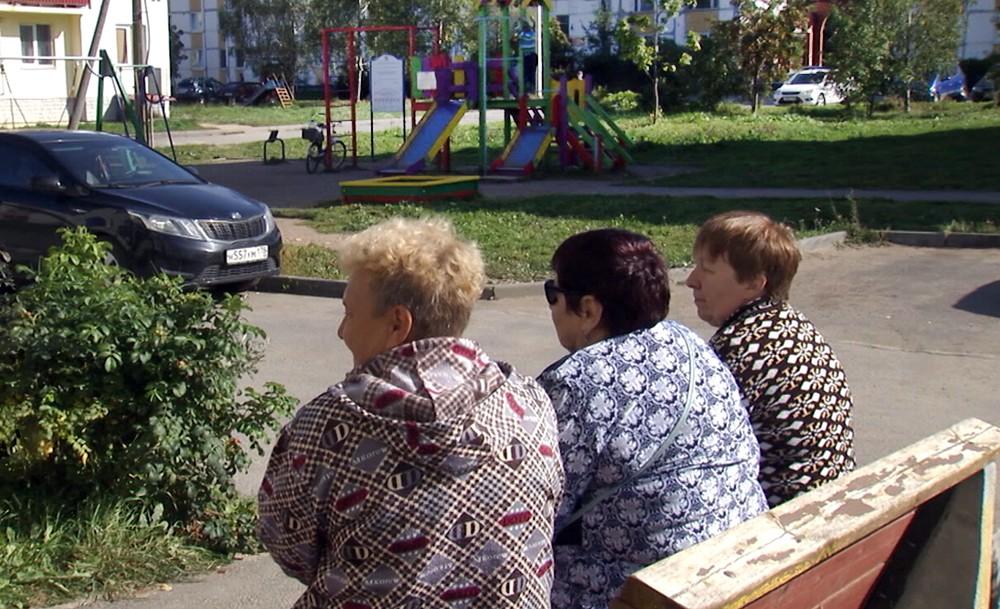 Пенсионерки на скамейке