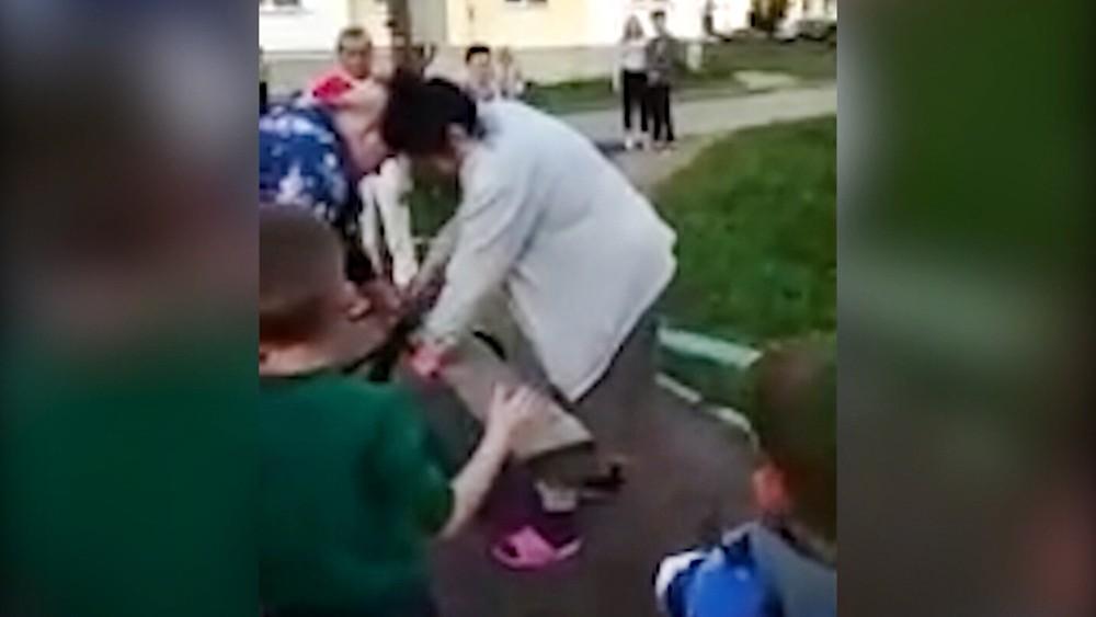 Женщина с пилой на детской площадке