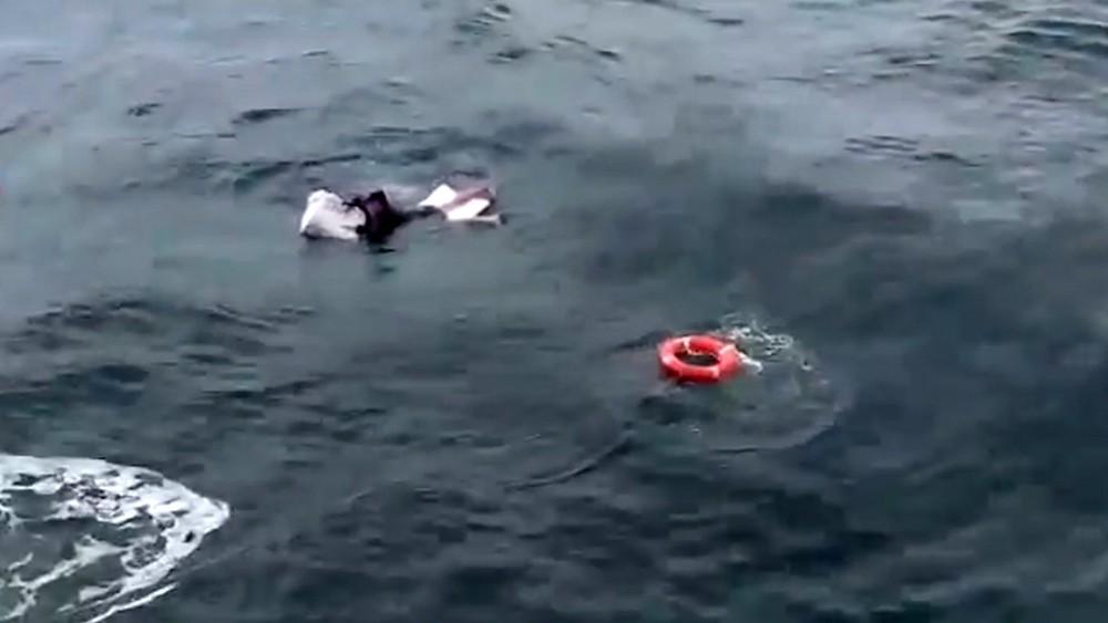 Тонущий в море человек