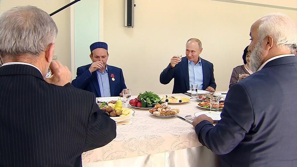 Картинки по запросу Путин вДагестане выпил стопку, какиобещал