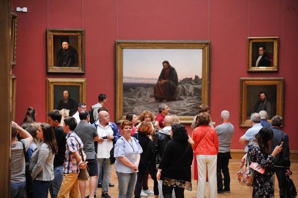 Посетители Третьяковской галереи