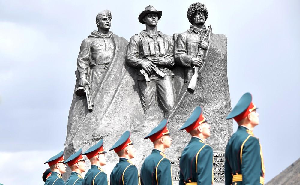 Мемориал павшим в Великой Отечественной войне, Афганистане и боевых действиях в августе – сентябре 1999 года уроженцам Ботлихского района
