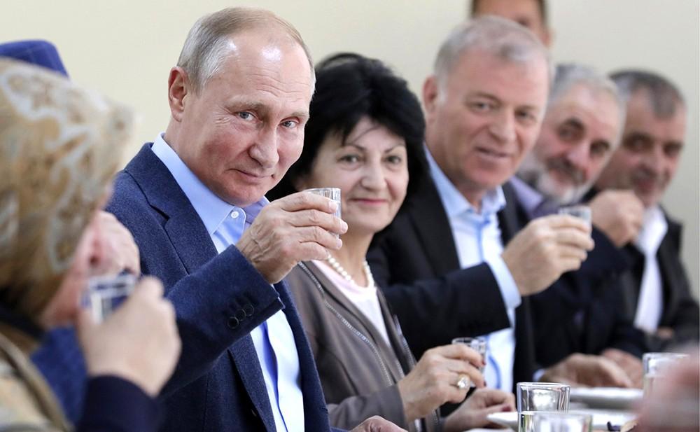 Владимир Путин и жители Ботлиха