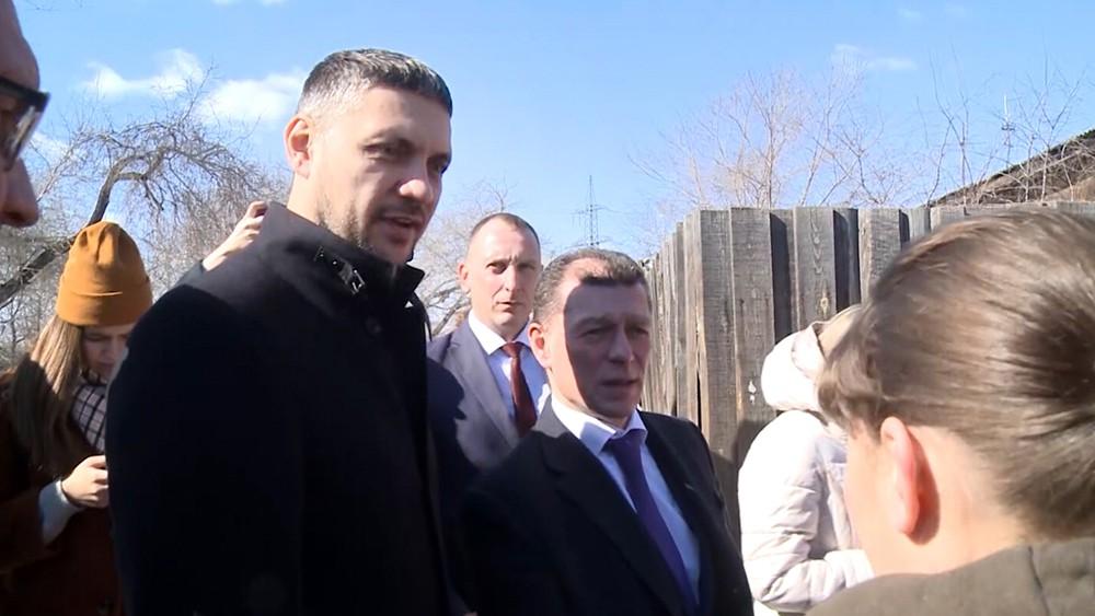 Александр Осипов общается с жителями