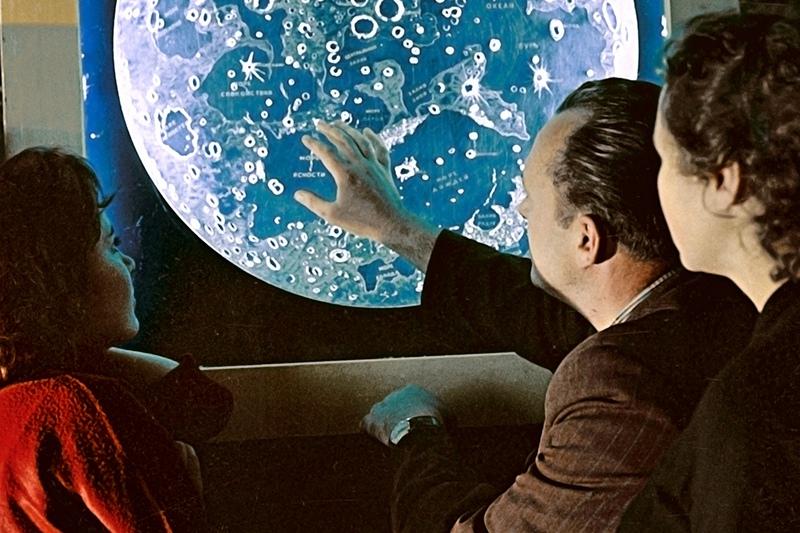 Посетители Московского планетария у карты Луны