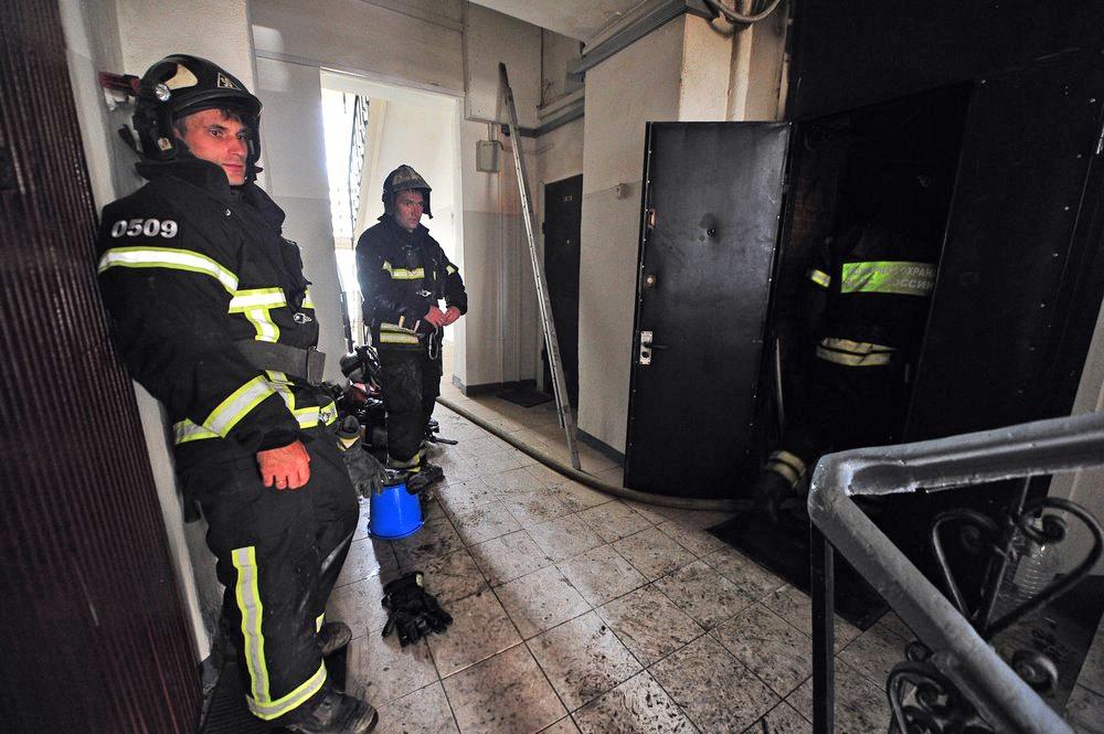 Пожарные МЧС в подъезде