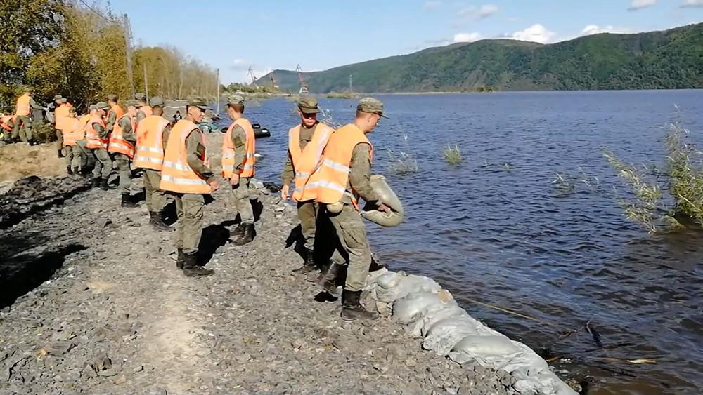 Военные сооружают дамбу в зоне паводков