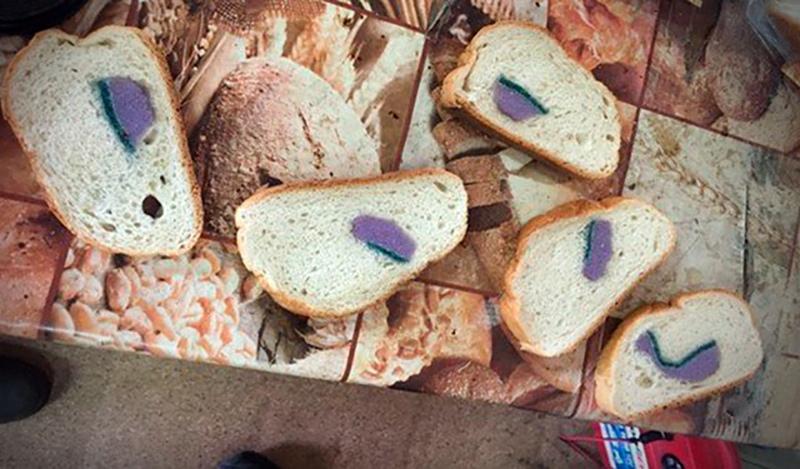 Губка для мытья посуды внутри хлеба