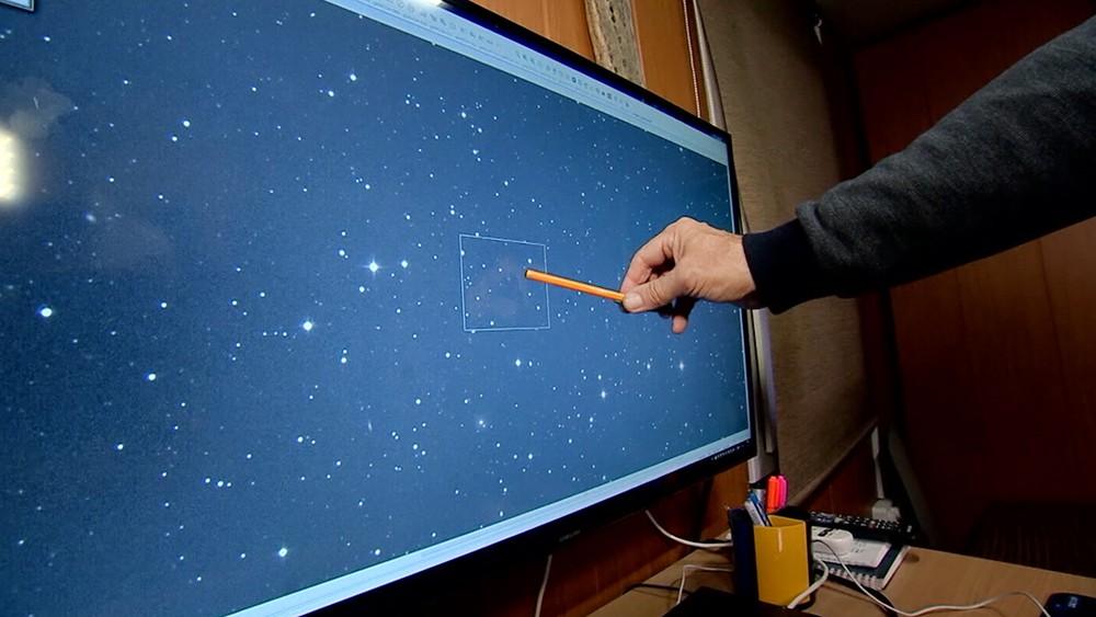 Астроном изучает звездное небо на мониторе