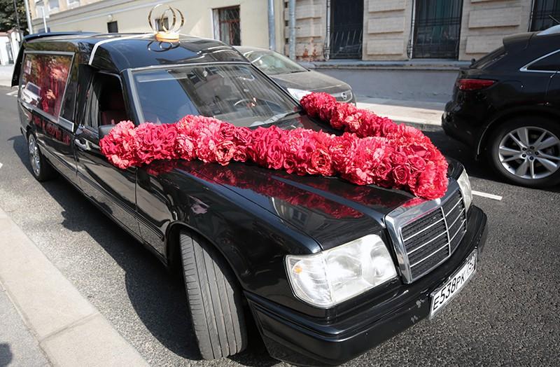 Автомобиль, на котором приехали режиссер Константин Богомолов и телеведущая Ксения Собчак перед торжественной частью церемонии бракосочетания