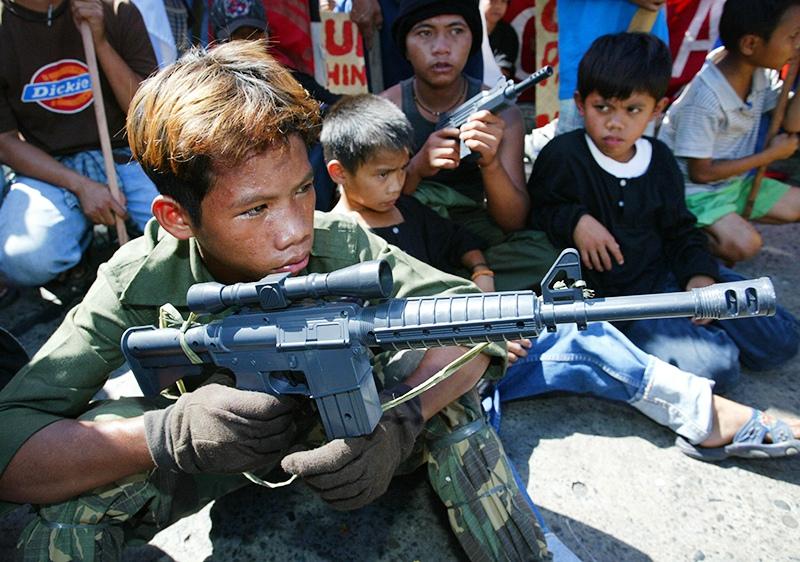 Филиппинские дети с игрушечным оружием