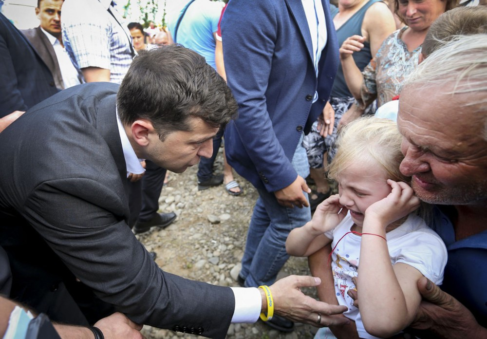 Владимир Зеленский и плачущая девочка