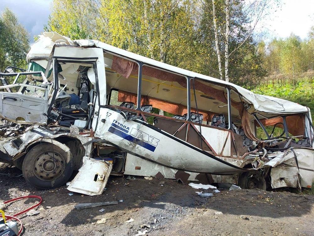 Последствия ДТП с участием автобуса и фуры