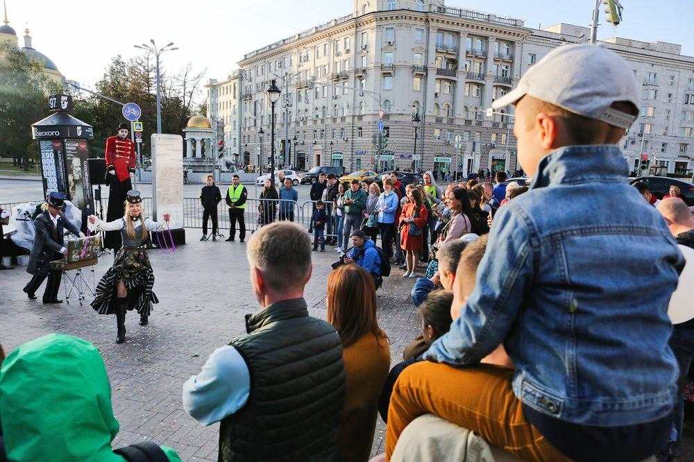 Зрители смотрят представление на улицах Москвы