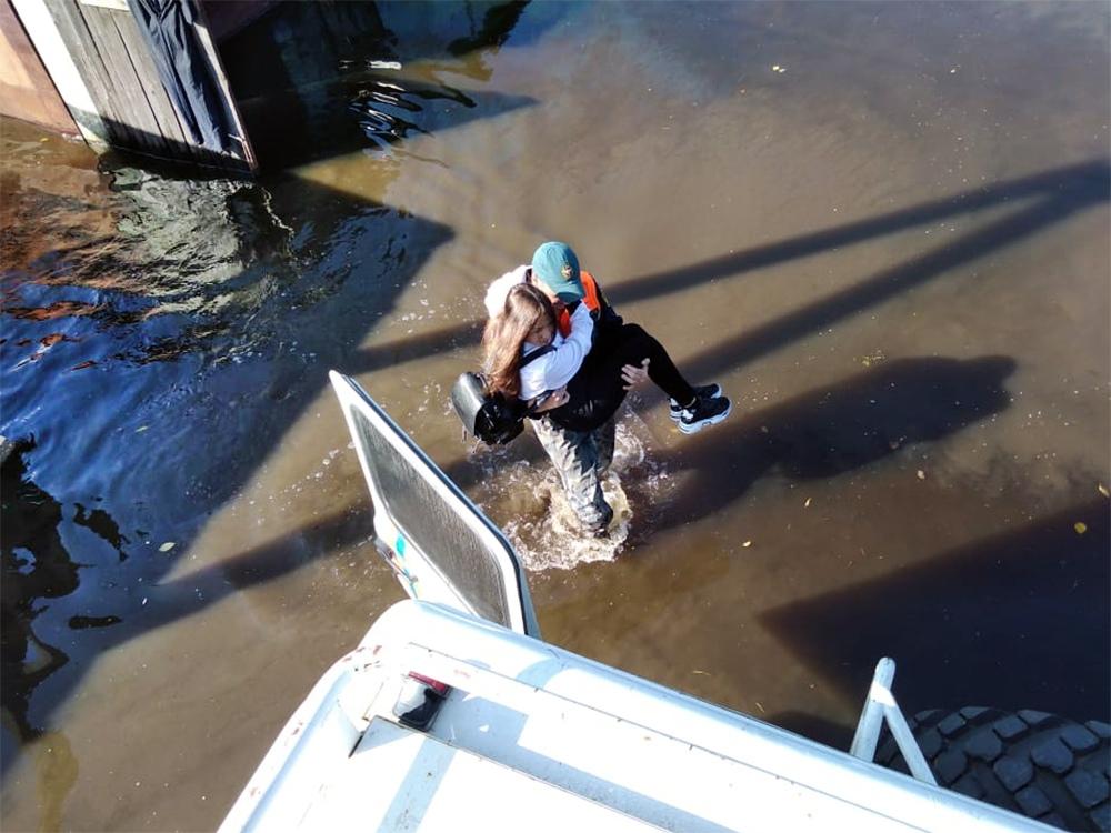 Спасатели МЧС проводят эвакуацию жителей из зоны паводка