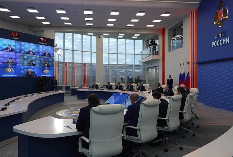 Владимир Путин в кризисном центре МЧС России