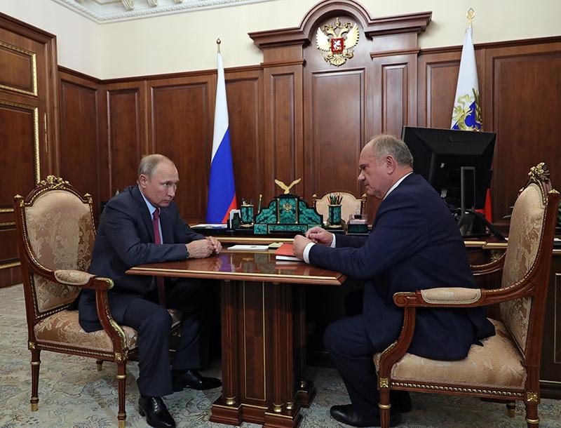 Владимир Путин и лидер КПРФ Геннадий Зюганов