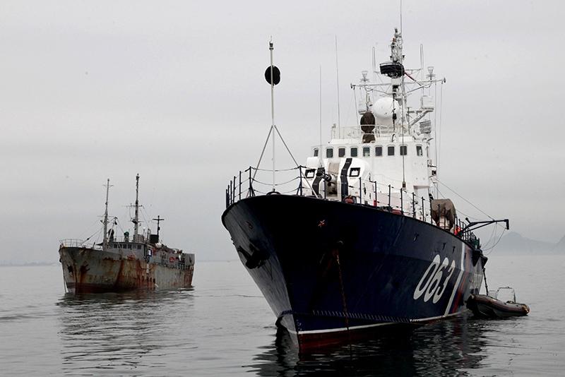 Пограничный сторожевой корабль во время задержания промысловой шхуны
