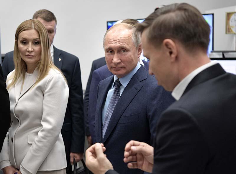 Владимир Путин во время осмотра выставки проектов, реализуемых АСИ