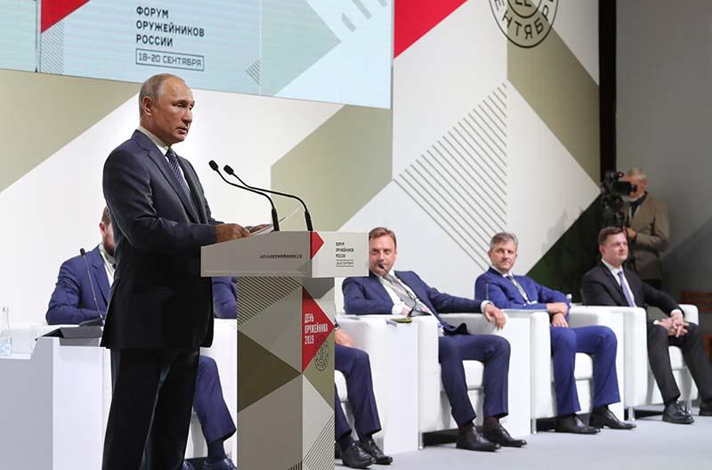 Владимир Путин выступает на пленарном заседании II Всероссийского форума оружейников в Ижевске