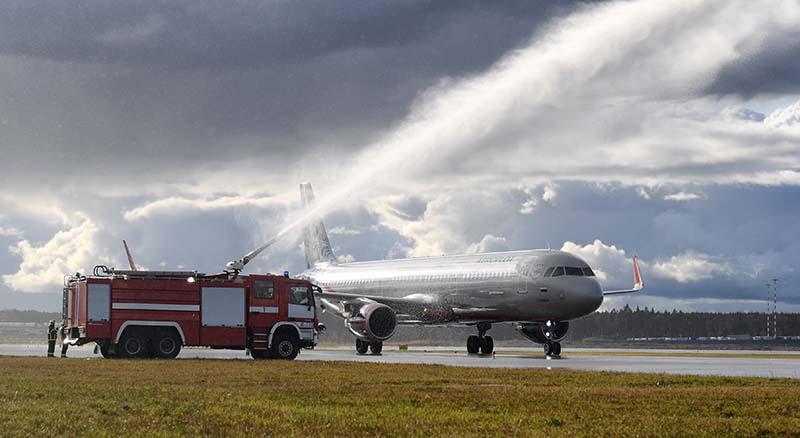 """Самолет Airbus А320 авиакомпании """"Аэрофлот"""" во время церемонии открытия ВПП-3 в """"Шереметьево"""""""
