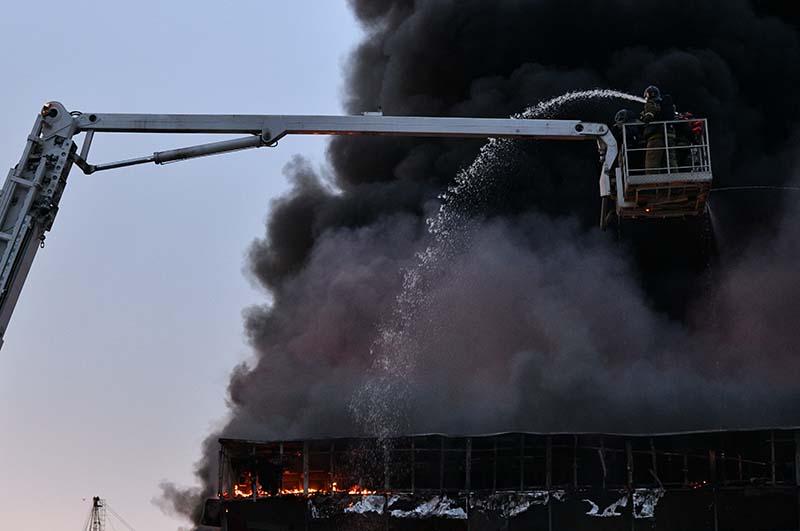 Сотрудники пожарной службы тушат пожар