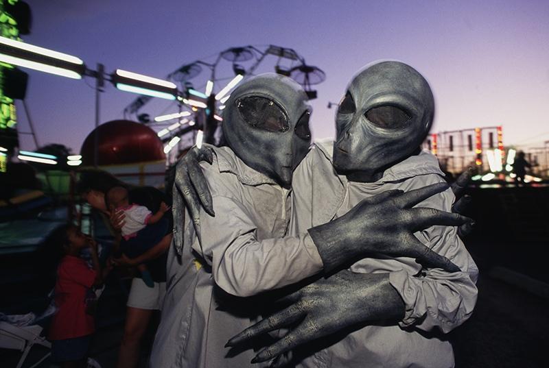 Люди в костюмах гуманоидов
