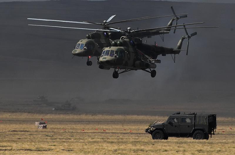 """Вертолеты Ми-8 во время основного этапа стратегического командно-штабного учения """"Центр-2019"""""""