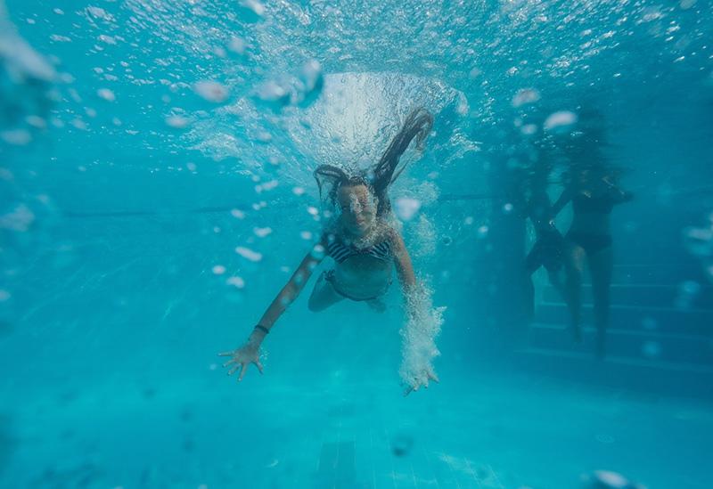Девочка в бассейне