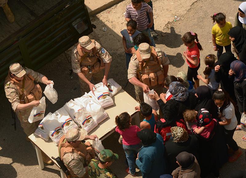 Раздача российской гуманитарной помощи