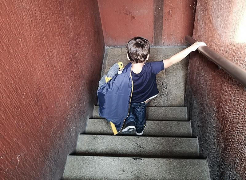 Ребенок спускается по лестнице