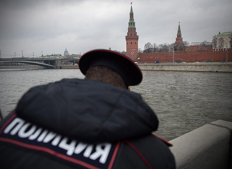 Полиция на фоне Кремля