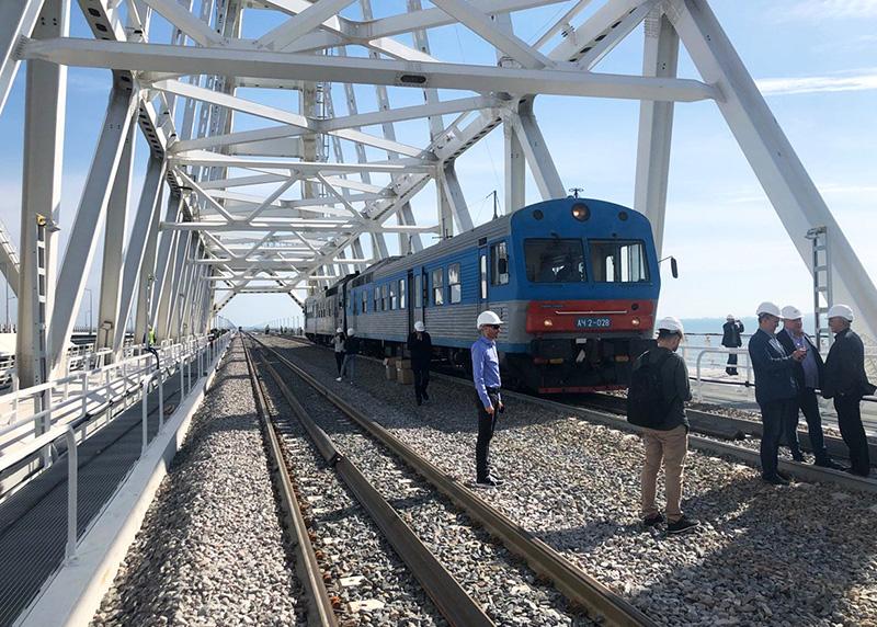 Тепловоз на железнодорожной части Крымского моста