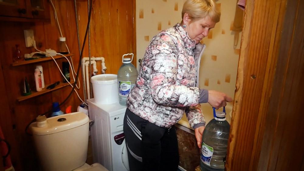 Жители запасаются водой