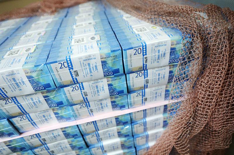 Пачки с денежными купюрами номиналом 2000 рублей на участке обработки и упаковки банкнот в Гознаке