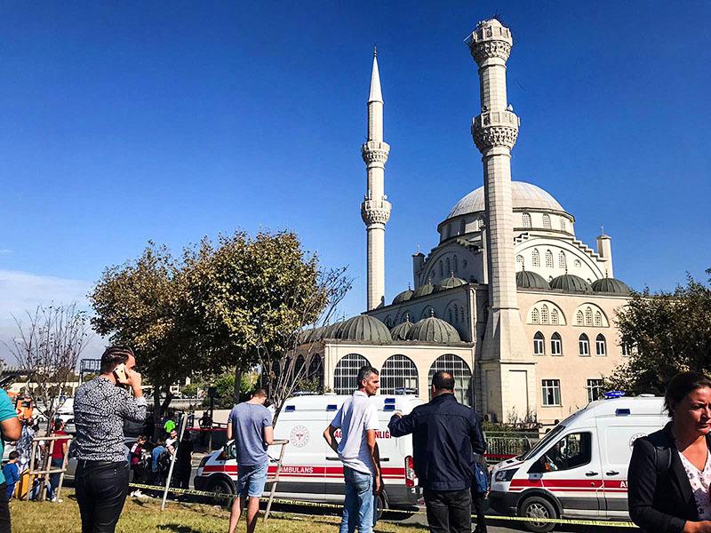 Обрушение минарета мечети в Турции во время землетрясения