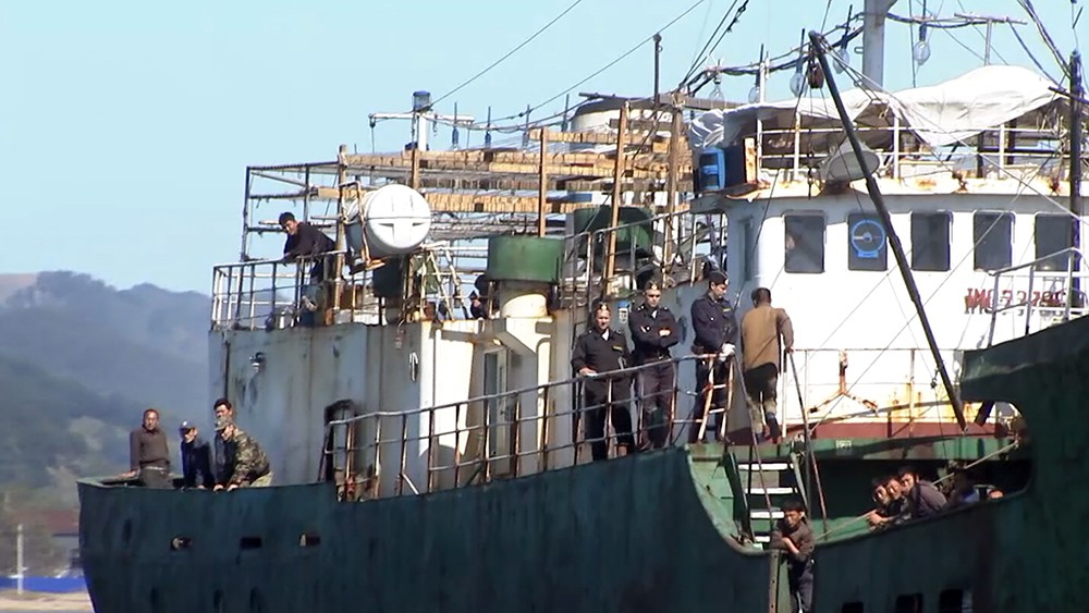 Пограничная служба ФСБ задерживает браконьеров из КНДР