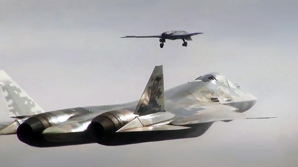 """Полет беспилотника """"Охотник"""" с истребителем Су-57"""