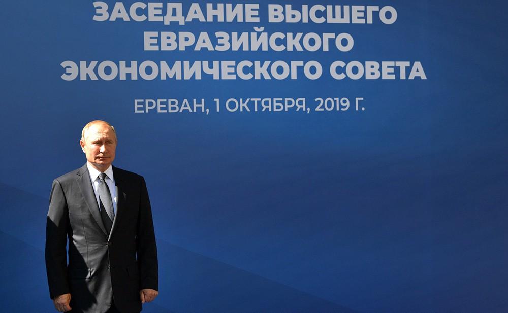 Владимир Путин перед заседанием Высшего Евразийского экономического совета