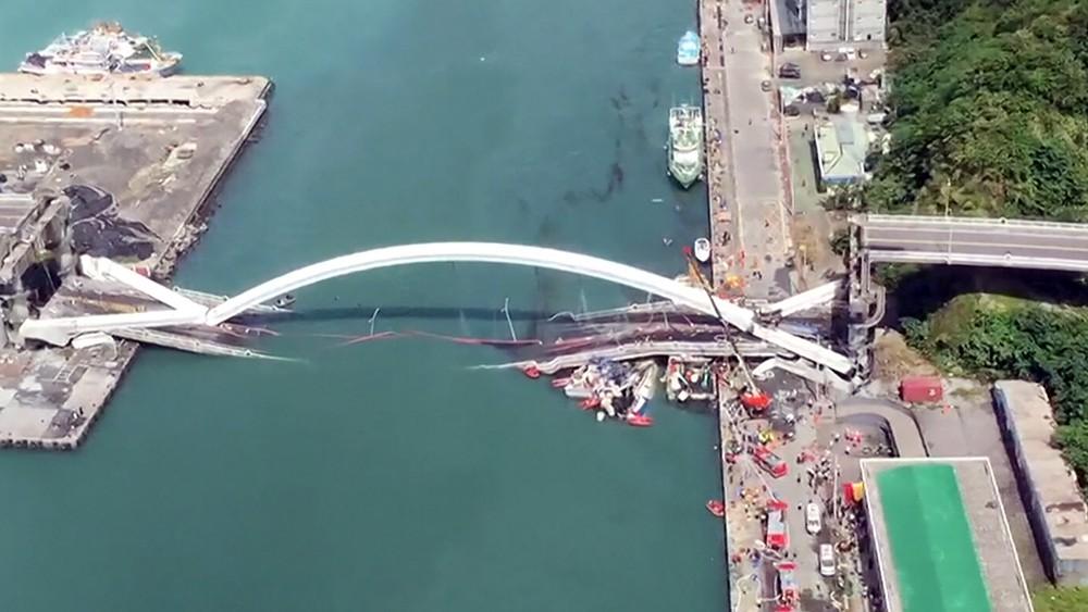 Последствия обрушения моста на Тайване