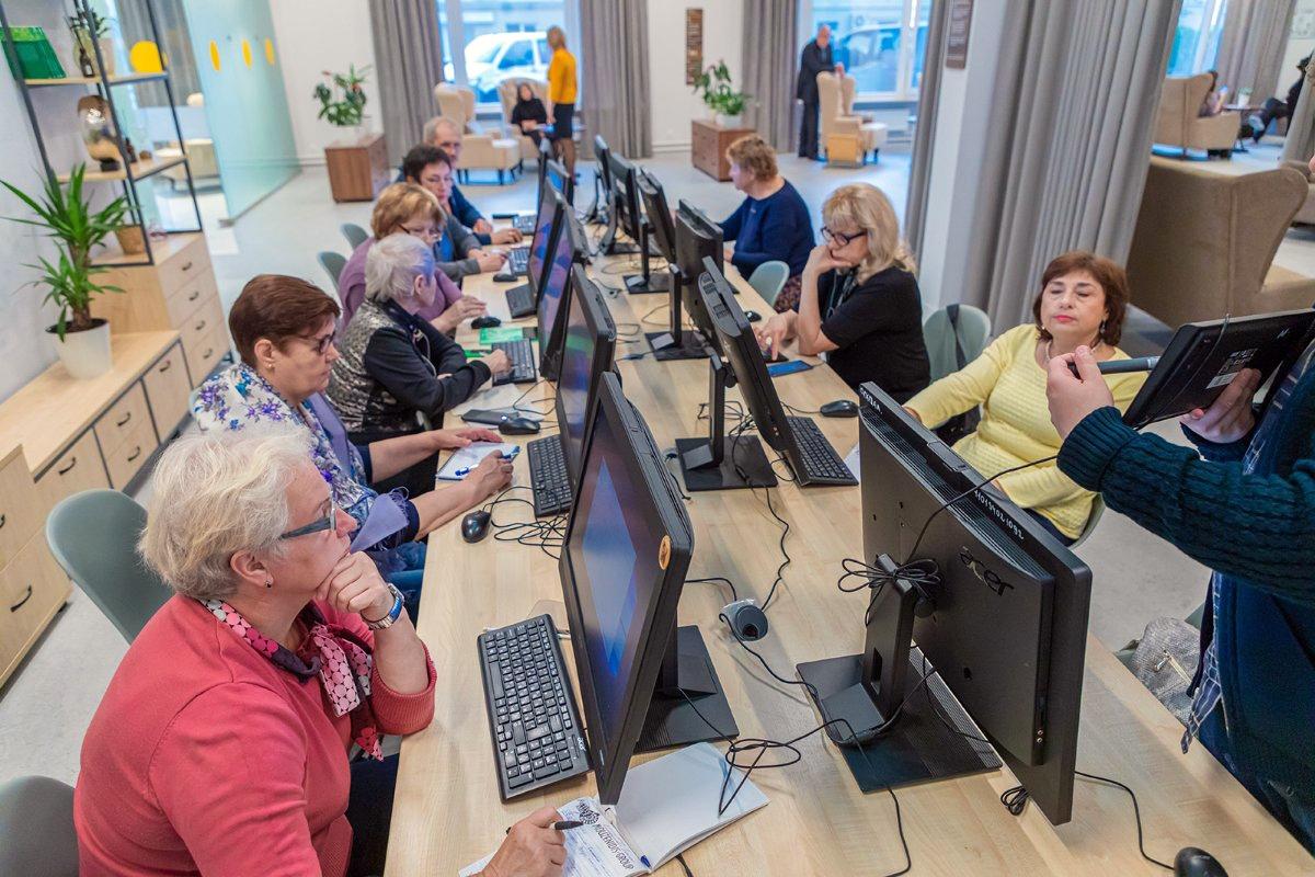 Пенсионеры за компьютерами