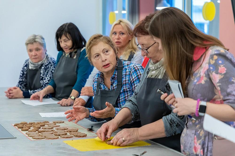 Пенсионеры на кулинарном мастер-классе