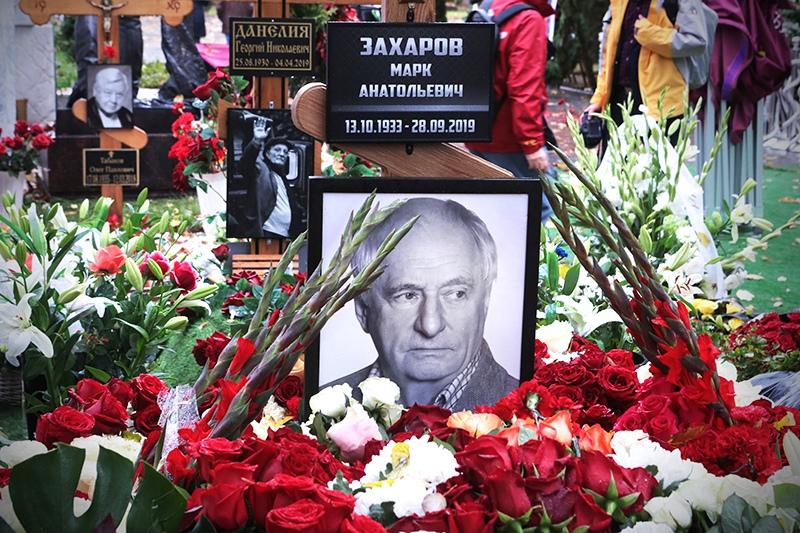 Могила режиссера Марка Захарова на Новодевичьем кладбище в Москве