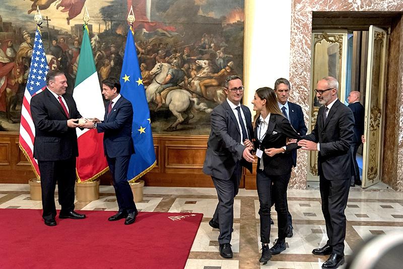 Итальянская журналистка подарила сыр Майку Помпео