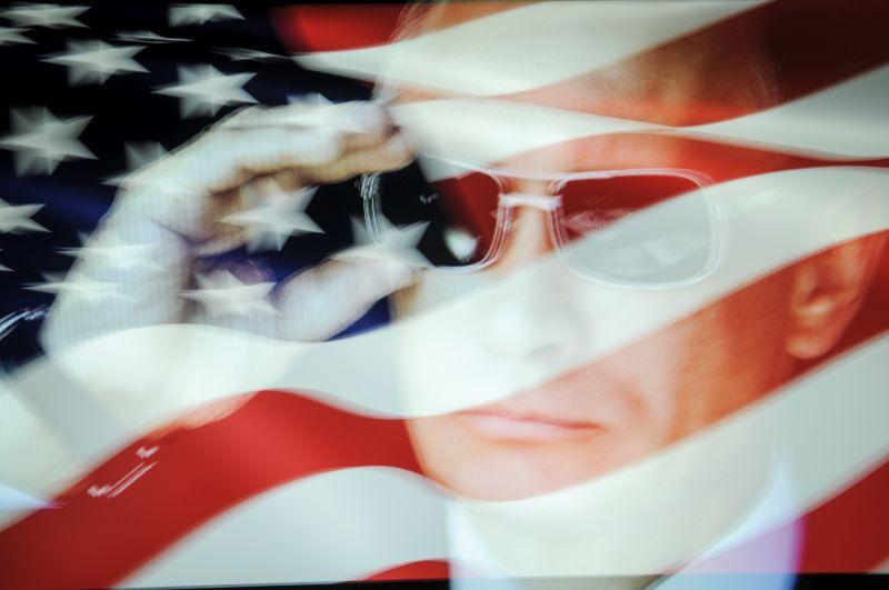 Флаг США и Владимир Путин