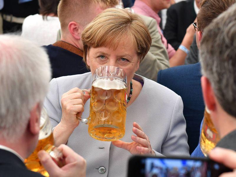 Ангела Меркель пьет пиво