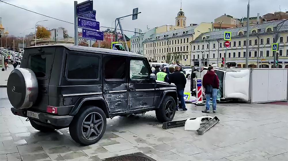 Последствия ДТП на Цветном бульваре в Москве