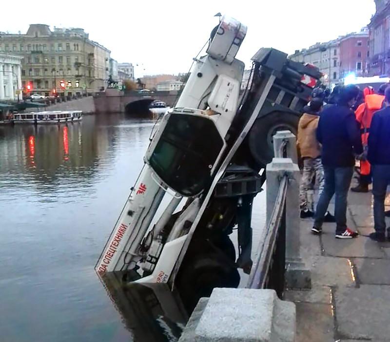 Автокран упал в Фонтанку в Санкт-Петербурге